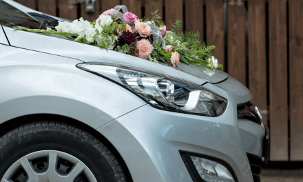 Das Hochzeitsfahrzeug- geschmückt zu Hochzeit fahren